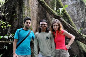 Кристина с мужем Вишеном и ачуарским гидом Тинчу в джунглях Амазонки